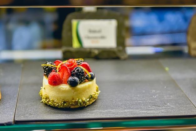 Zbliżenie słodyczy apetytu na półce w piekarni