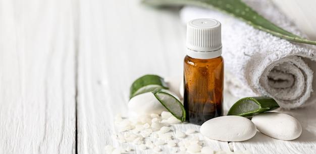Zbliżenie słoik z naturalnym olejem dla urody i zdrowia liści aloesu z miejscem na ręcznik.