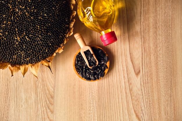 Zbliżenie słoneczników, butelki z olejem i pestkami słonecznika
