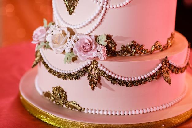 Zbliżenie ślubny tort z kwiatami