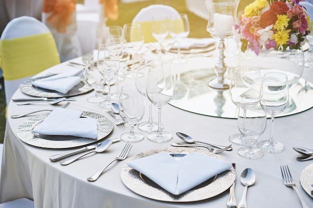 Zbliżenie ślubu obiadowy stołowy położenie z wodnymi szkłami