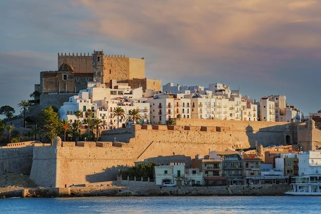 Zbliżenie słynnego templariuszy i średniowiecznego miasta peniscola z murami zamkowymi nad morzem.