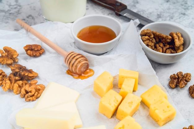 Zbliżenie smaczne przekąski dla smakoszy z miodem