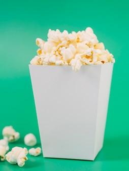 Zbliżenie smaczne pudełko popcornu na stole
