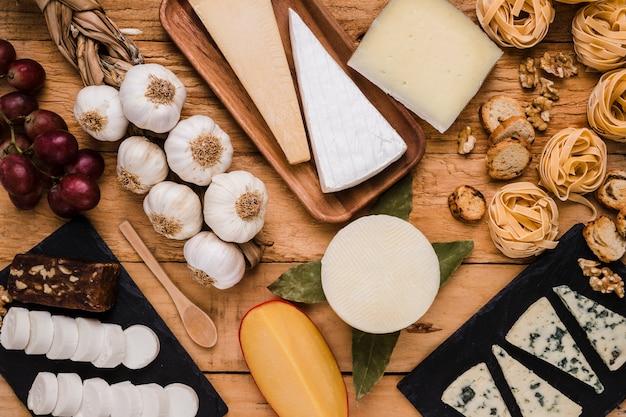 Zbliżenie smaczne surowe jedzenie na drewnianym stole