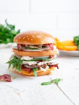 Zbliżenie: smaczny burger na lekkim drewnianym stole