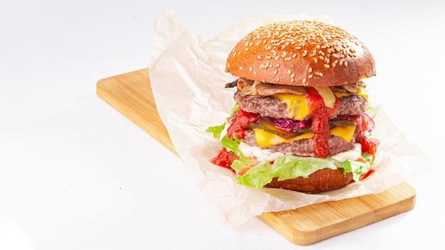 Zbliżenie smaczny hamburger na białym tle