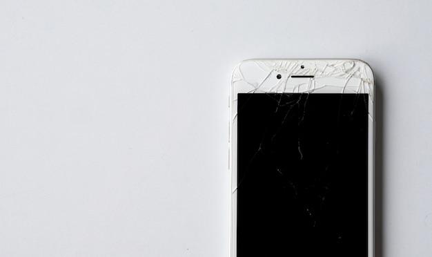 Zbliżenie smartphone z zepsutym ekranem