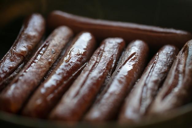 Zbliżenie smażone kiełbaski. ryby mięsne. gotowanie żywności. zdjęcie wysokiej jakości