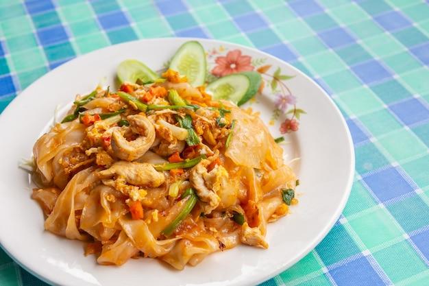 Zbliżenie smażonego makaronu ryżowego z kurczakiem tajskie jedzenie