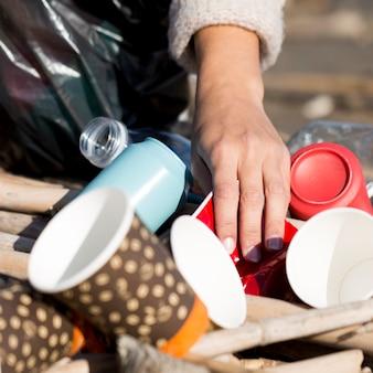 Zbliżenie śmieci nad morzem