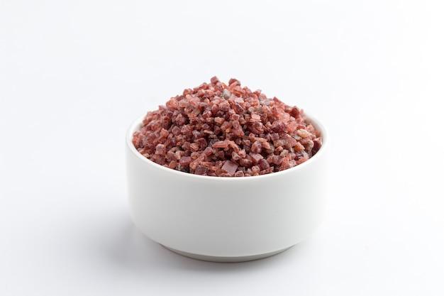 Zbliżenie soli himalajskiej w misce