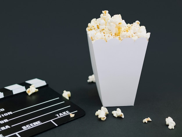 Zbliżenie solone pudełko popcornu na stole