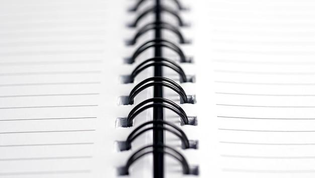 Zbliżenie spiralne metalowe oprawy notebooka płytkiej głębi ostrości.