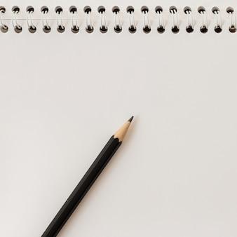 Zbliżenie spiralny notatnik i ołówek. pusty arkusz papieru kopia przestrzeń szablon.