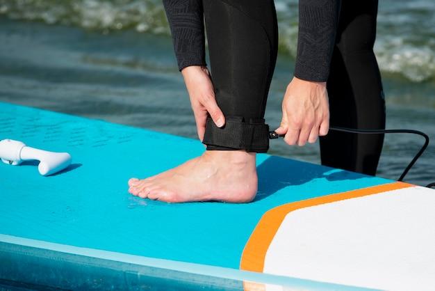 Zbliżenie sportowca przygotowującego się do paddleboardingu