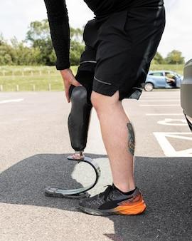 Zbliżenie sportowca z protezą nogi
