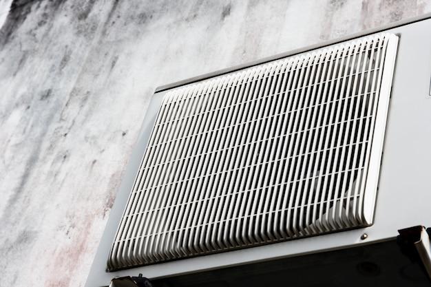 Zbliżenie sprężarki klimatyzatora na zewnątrz