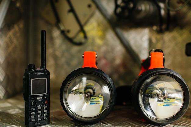 Zbliżenie sprzętu strażackiego lub sprzętu ratowniczego i narzędzia samochodu strażackiego.