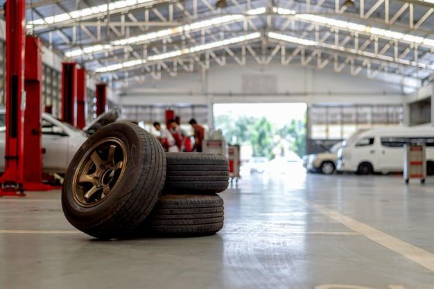 Zbliżenie stara opona w samochodowej remontowej staci
