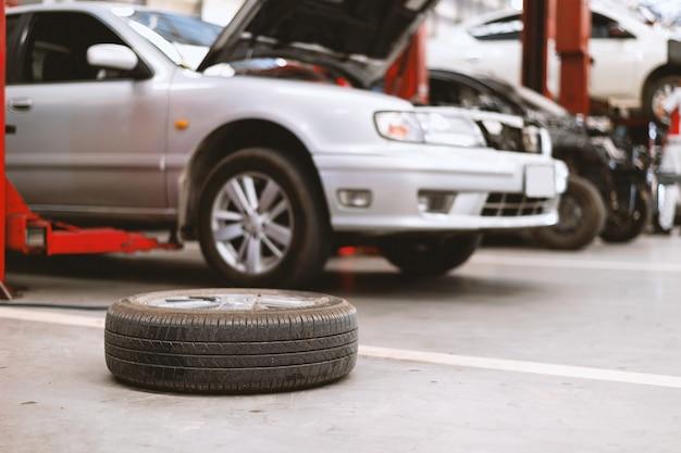 Zbliżenie stara opona w samochodowej staci naprawy