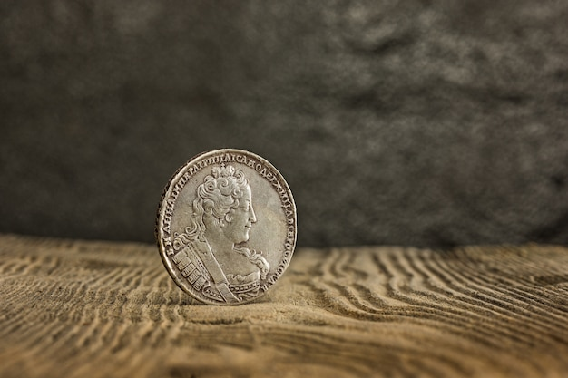 Zbliżenie stara rosjanin moneta na drewnianym.