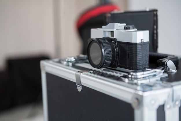 Zbliżenie starej kamery na polu wyposażenia