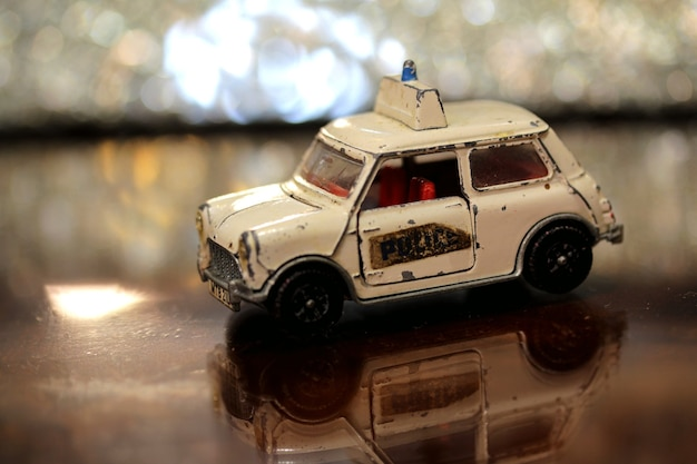Zbliżenie starej mini policyjnej zabawki samochodu