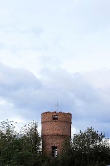 Zbliżenie starej wieży ciśnień, wykonanej z cegieł. niebieskie niebo