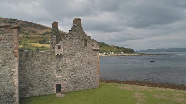 Zbliżenie starożytnych ruin zamku na antenie zatoki morskiej