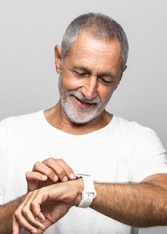 Zbliżenie starszy mężczyzna patrząc na zegarek