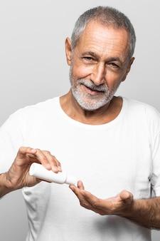 Zbliżenie starszy mężczyzna za pomocą śmietany