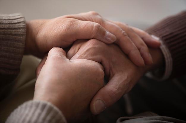 Zbliżenie starszy para trzymając się za ręce