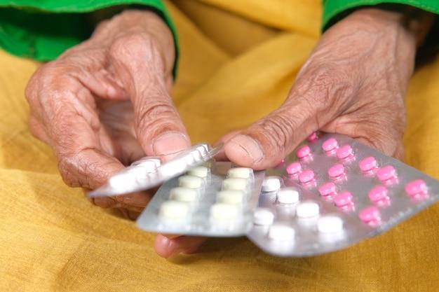 Zbliżenie starszych kobiet ręka trzyma blistry
