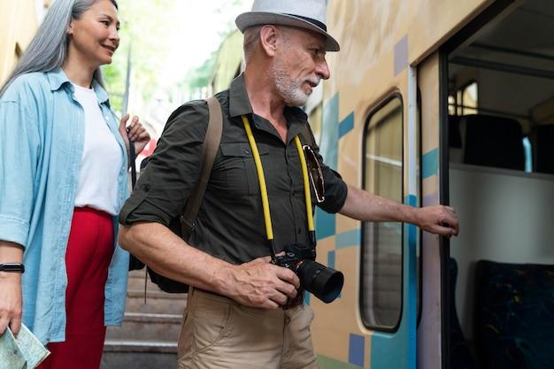 Zbliżenie starszych podróżnych z aparatem