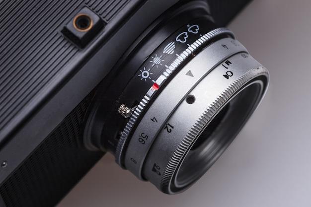 Zbliżenie stary obiektyw kamery filmowej retro