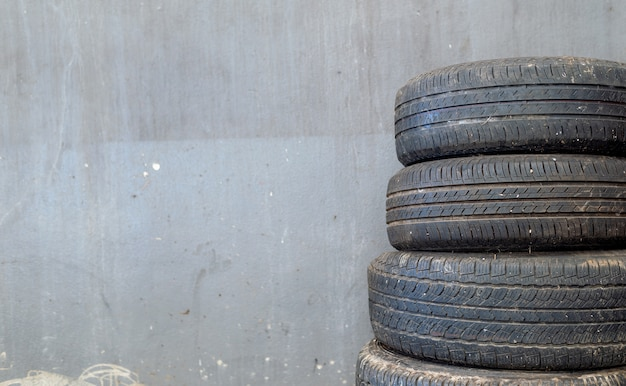 Zbliżenie stary opony samochód na ściana z cegieł