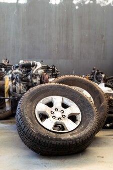 Zbliżenie stary opony samochód z miękką ostrością w tle i nad światłem