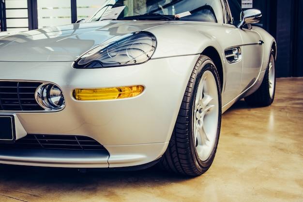 Zbliżenie stary samochód z srebro barwiącą farbą na samochodu przedstawieniu.