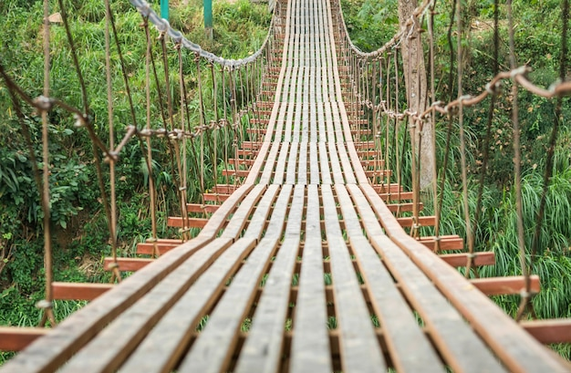 Zbliżenie stary stalowy most przez rzekę w wsi tle