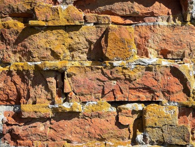 Zbliżenie stary złamany mur z czerwonej cegły. tekstura, wzór, vintage.