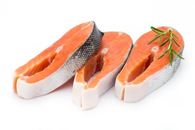 Zbliżenie stek z łososia na białym tle