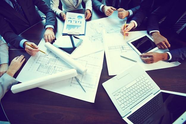 Zbliżenie stół z raportów i planów
