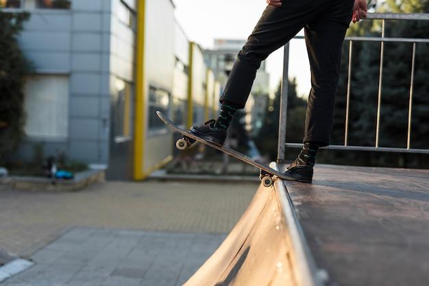 Zbliżenie stóp ćwiczyć z deskorolka