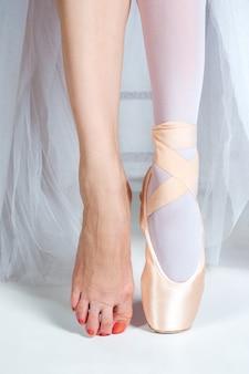 Zbliżenie stóp młodej baletnicy w pointe butach