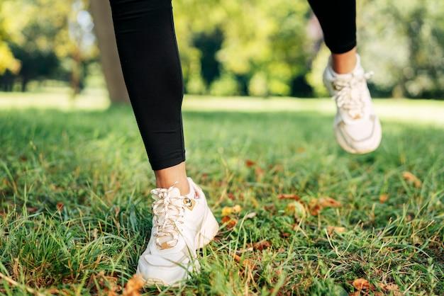 Zbliżenie stóp noszących buty na zewnątrz