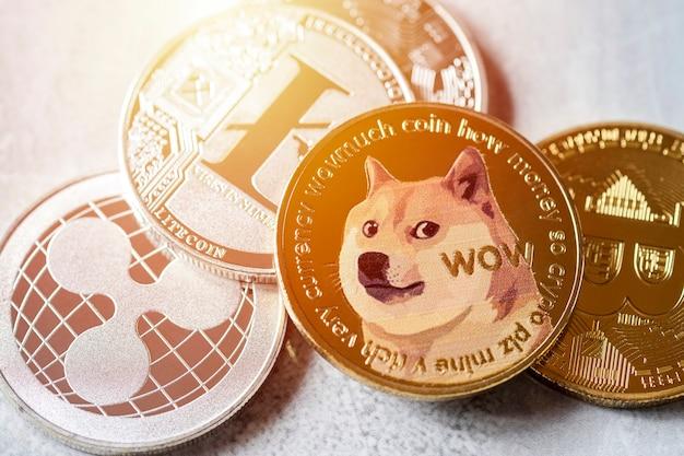Zbliżenie stos monet cyfrowej waluty na marmurowej podłodze