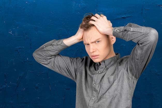 Zbliżenie stresujący się i zmęczony młody człowiek