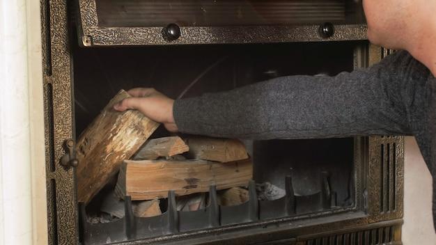 Zbliżenie strzał człowieka przygotowującego kominek