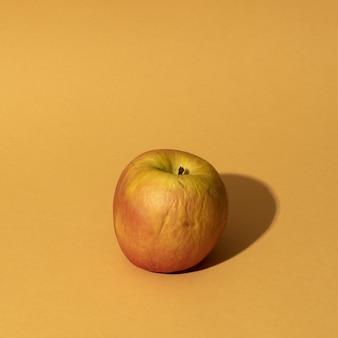 Zbliżenie strzał jabłka na żółtym tle